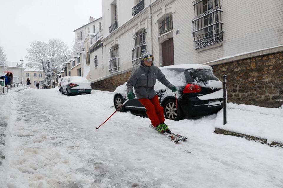 Thời tiết khắc nghiệt này lại mang đến niềm vui cho nhiều trẻ nhỏ và những người đam mê trượt tuyết.