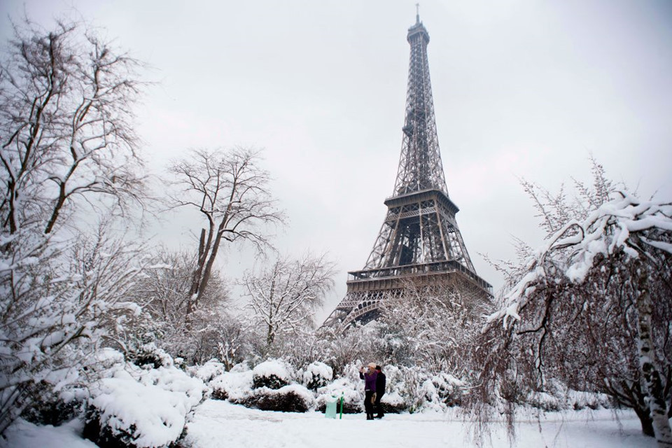 Lượng tuyết kỷ lục từ năm 1987 bắt đầu rơi xuống Paris và phần lớn phía Bắc nước Pháp