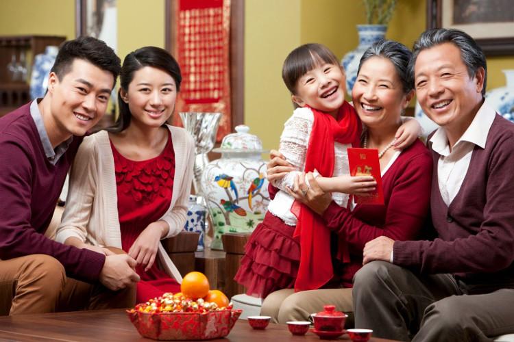 Màu đỏ xuất hiện trong các gia đình, mong đem lại may mắn, bình an.