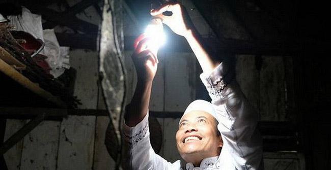 Ông Rasid đã đem ánh sáng đến cho hàng trăm dân làng