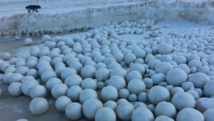 Cầu băng được hình thành từ băng vụn (một hỗn hợp lấp lánh của các tinh thể băng và nước).