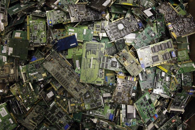 Các bo mạch chủ, tranzito hay ổ cứng có chứa các hóa chất độc hại và cần phải được xử lý cẩn thận.