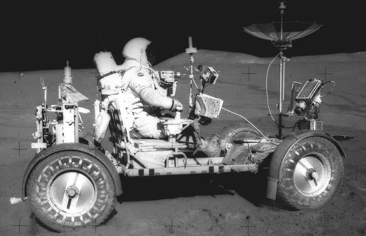Phi hành gia David Scott điều khiển xe điện trên Mặt trăng năm 1971.