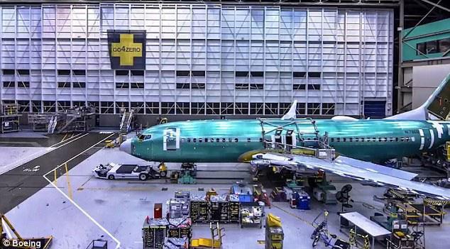 Những cỗ máy công nghệ cao gắn cánh máy bay vào với thân.