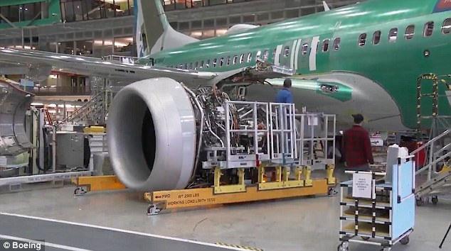 Động cơ phản lực được gắn vào bên dưới cánh của mẫu máy bay mới.
