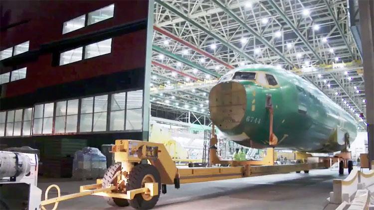 Thân máy bay Max 7 được đưa vào kho chứa.