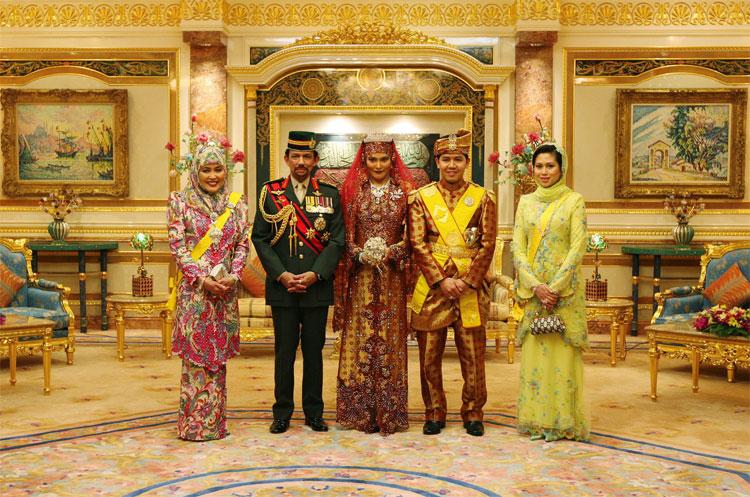 Vua Brunei và vợ cùng con trai.