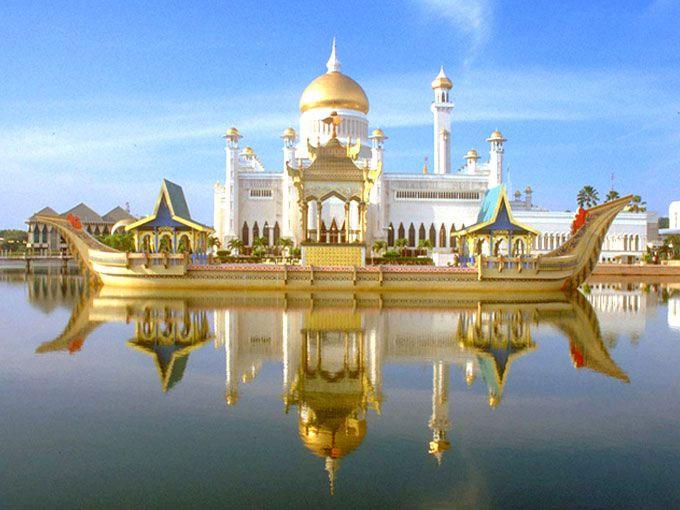 Cung điện Istana xa hoa tráng lệ nhìn từ xa.