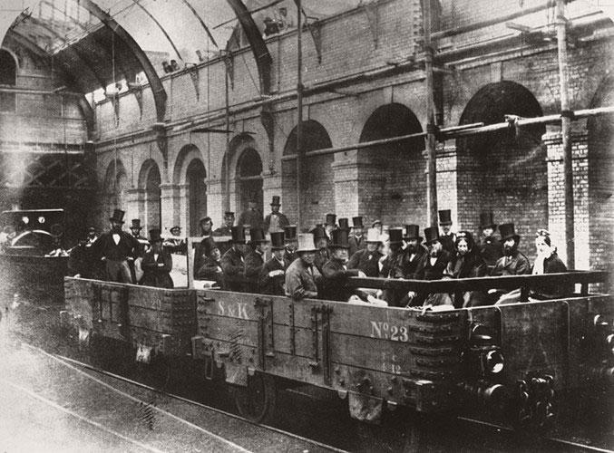 Thủ tướng Anh William Ewart Gladstone trong một chuyến đi kiểm tra hệ thống tàu điện ngầm vào ngày 24/5/1862.