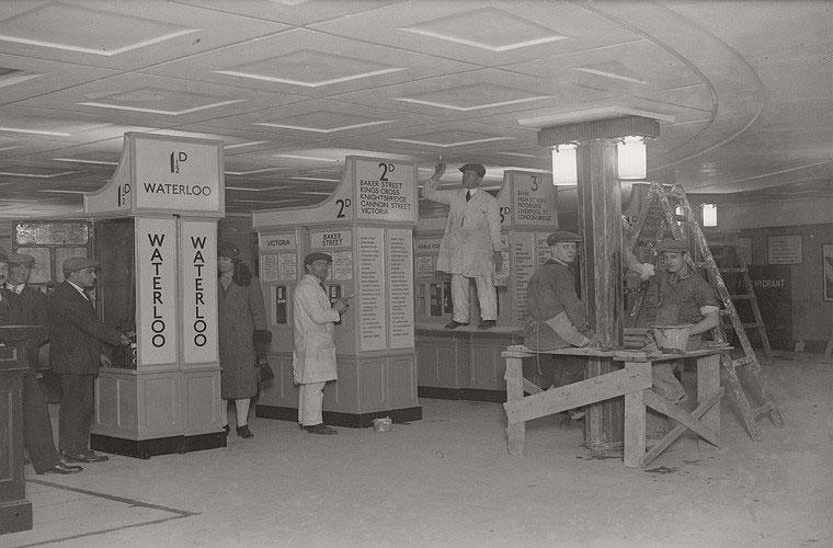 Các công nhân làm việc tại khu vực quầy bán vé của ga tàu điện ngầm Piccadilly mới năm 1928.