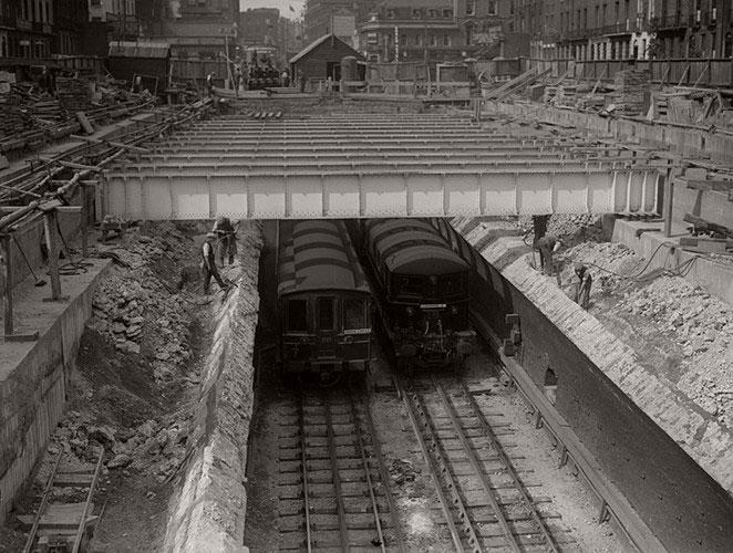 Tàu điện ngầm di chuyển qua trạm Euston Square năm 1930.