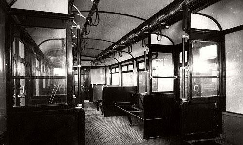 Bên trong một toa tàu điện ngầm ở thủ đô London năm 1911.