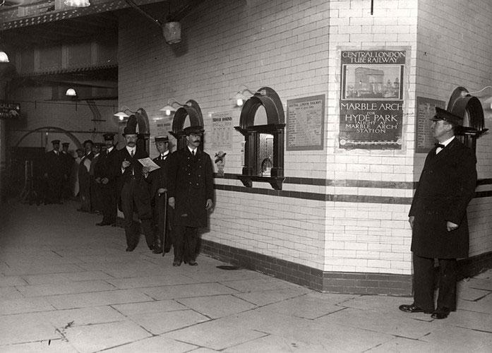 Điểm bán vé tàu tại nhà ga Liverpool trong bức ảnh chụp năm 1912.