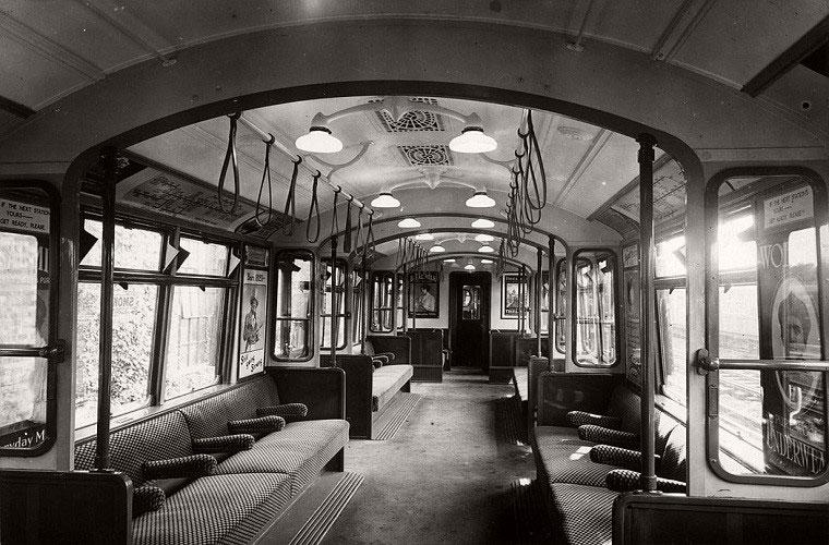 Một bức ảnh khác chụp bên trong một toa tàu điện ngầm London vào khoảng năm 1920.