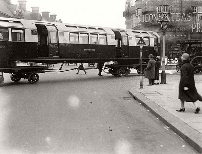 Tàu điện ngầm London hiện nay phục vụ 275 trạm với hơn 408km đường ray.
