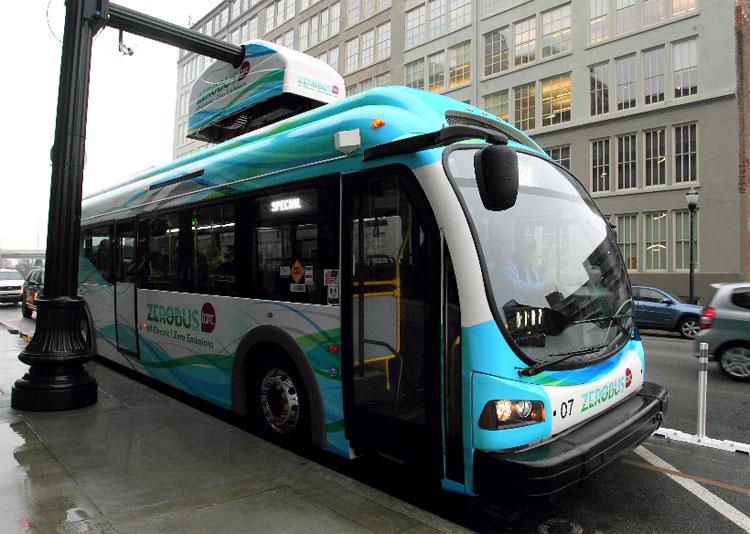 Xe buýt là phương tiện có năng lực vận chuyển đường bộ lớn.