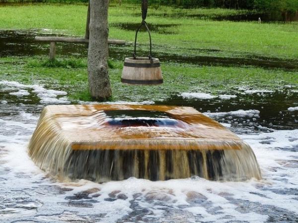 Nước phun từ miệng giếng ở ngôi làng Tuhala thuộc Estonia