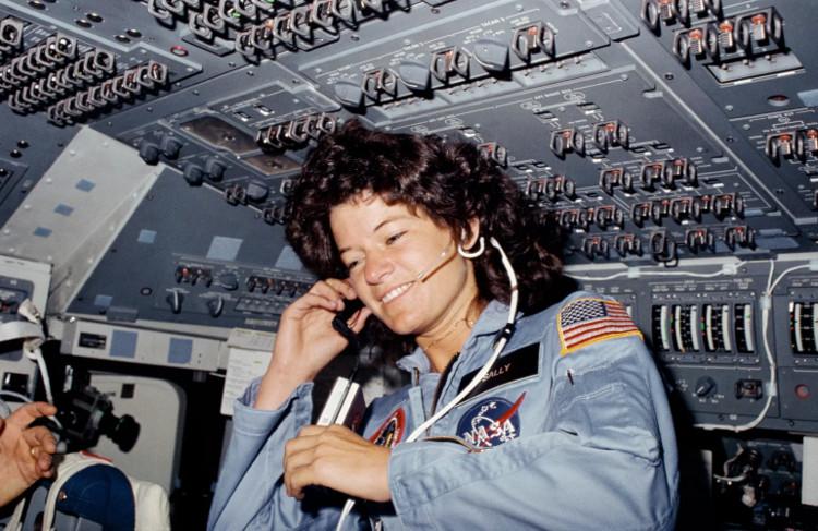 Sally Ride - nữ phi hành gia làm nhiệm vụ kèm theo gói hàng gồm 100 chiếc tampon.
