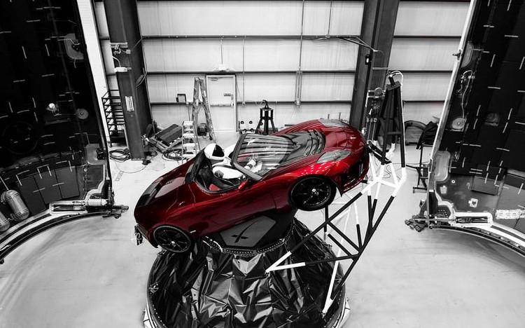 Chiếc Roadster nằm trên đỉnh bệ thứ hai của Falcon Heavy.