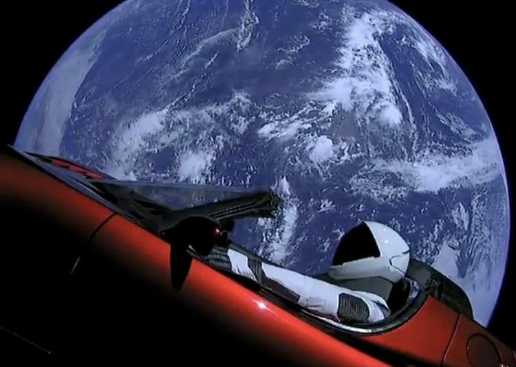 """Một phi hành gia giả tên là """"The Starman"""" bên trong chiếc Tesla Roadster trôi nổi trong không gian."""