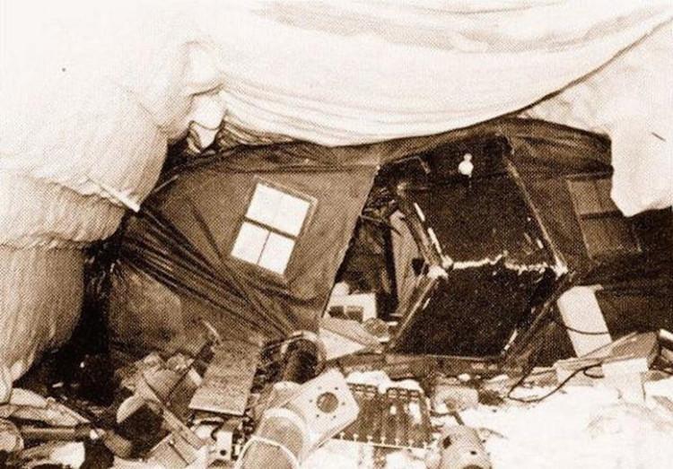 Một cảnh đổ nát bên trong căn cứ Camp Century