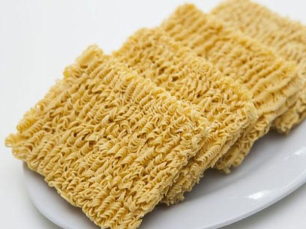 Ăn mì tôm sống thường xuyên và kéo dài có thể dẫn tới tình trạng suy dinh dưỡng.