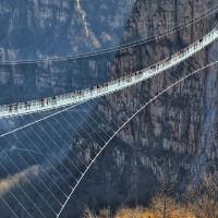 Video: Cầu treo đáy kính dài nhất thế giới ở Trung Quốc