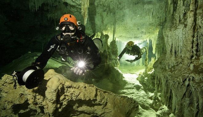 Các thợ lặn đang thám hiểm bên trong hang