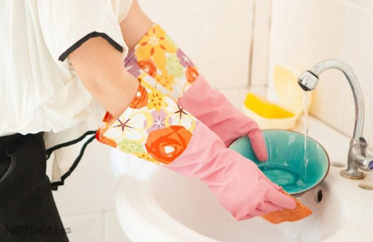 Đeo găng tay khi rửa bát, giặt đồ là cách phòng chống bệnh nổi mụn nước ngứa.