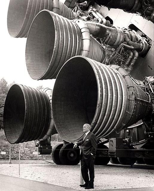 Von Braun với động cơ F-1 của tên lửa Saturn V giai đoạn 1 tại Trung tâm Không gian và Tên lửa Hoa Kỳ.