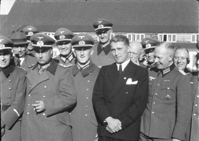 Đại tướng, tiến sỹ Walter Dornberger (bị ẩn nửa người), Đại tướng Friedrich Olbricht (đeo Thập giá Hiệp sỹ)