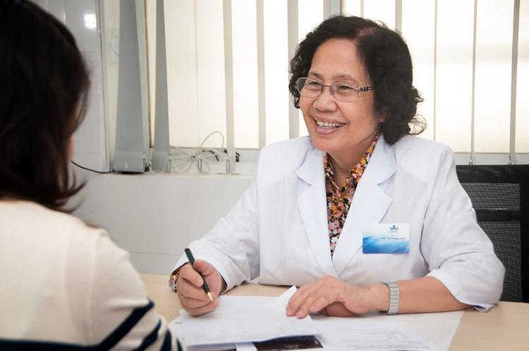 Giáo sư Nguyễn Thị Ngọc Phượng tư vấn cho bệnh nhân.