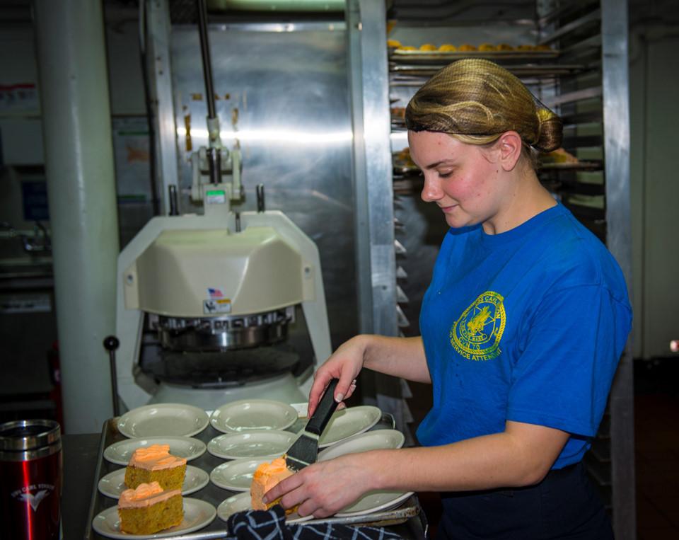 Cung cấp thực phẩm cho gần 6.000 người trên tàu là một thách thức không nhỏ cho bộ phận hậu cần.