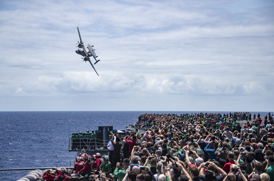 """Hàng nghìn người tập trung trên boong tàu Carl Vinson xem máy bay E-2C biểu diễn trong chuyến hải trình """"hổ""""."""