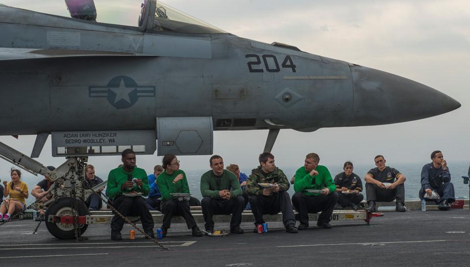Các thủy thủ tranh thủ ăn nhanh trong một đợt triển khai chiến đấu ở Vịnh Arab.