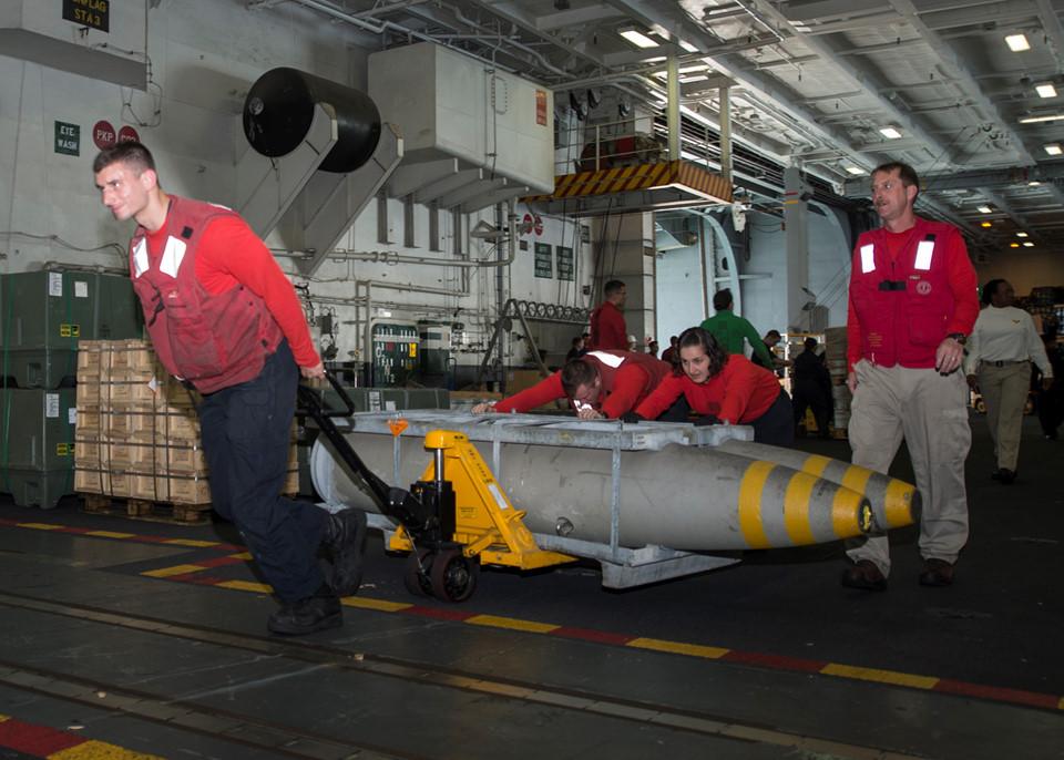 Ảnh các nhân viên đang chuẩn bị bom cho máy bay trong nhiệm vụ không kích ở Syria.