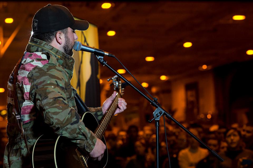Ngôi sao nhạc đồng quê Tyler Farr biểu diễn cho thủy thủ đoàn