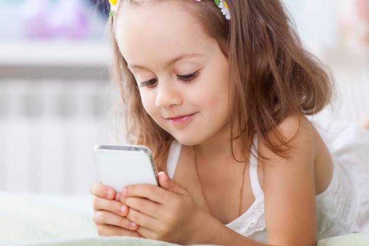 Smartphone là đồ vật phổ biến của trẻ em ngày nay.