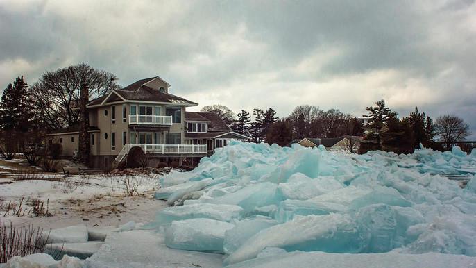 Ngôi nhà ven hồ nay trông như nằm bên núi băng