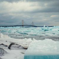Kỳ thú hồ băng màu xanh lơ khổng lồ