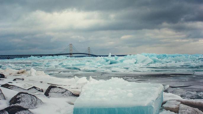 Cầu Mackinac nổi tiếng nằm lọt thỏm giữa hồ băng xanh khổng lồ