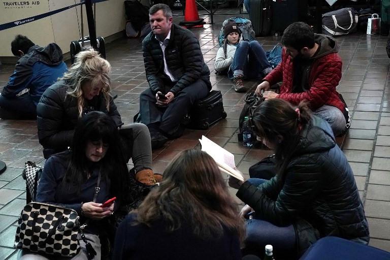 Hành khách chờ đợi tại sân bay ở New York do chuyến bay bị hủy.
