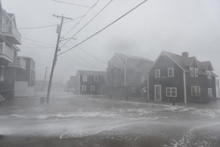 """Theo CNN, bão xảy ra vào thời điểm trăng tròn, thủy triều lên cao, vì vậy """"Bom bão"""" sẽ tiếp tục mạnh thêm."""