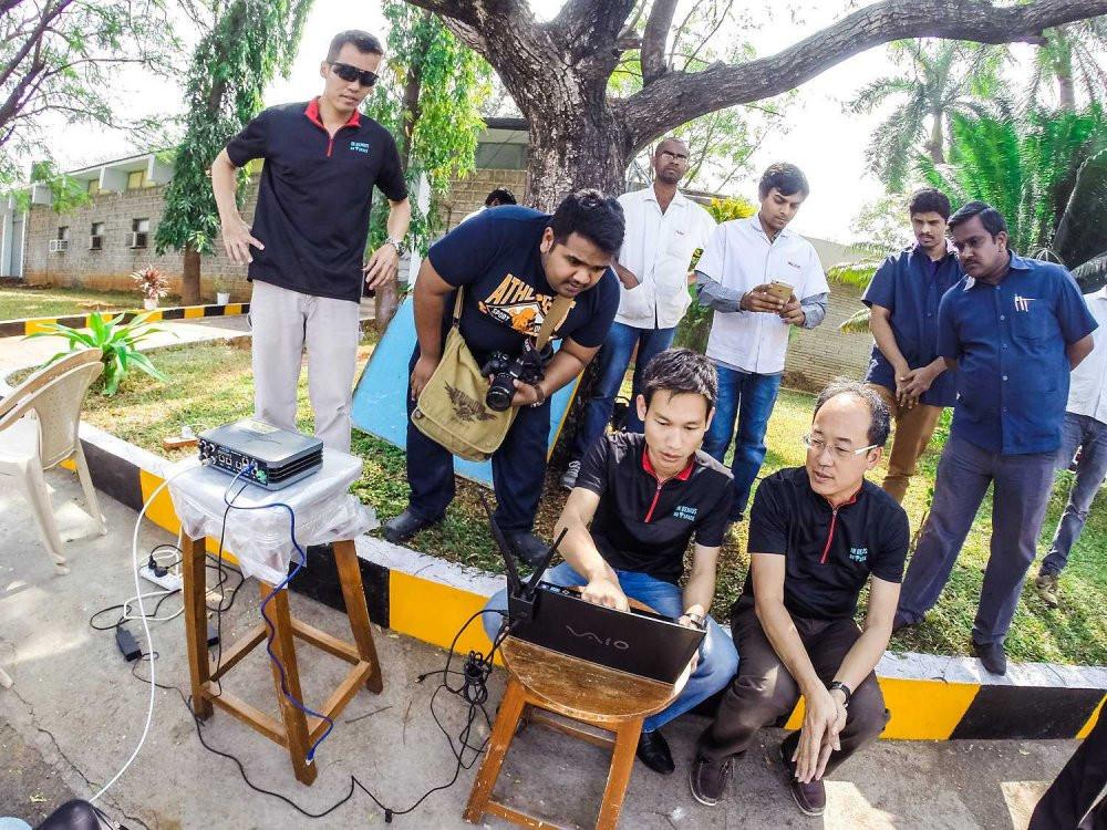 Phạm Gia Vinh (điều khiển máy tính) và các nhà khoa học Ấn Độ trong lần bay thử nghiệm tại Ấn Độ.
