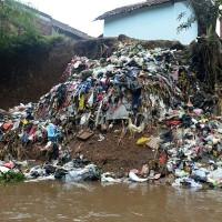 """Indonesia """"xóa sổ"""" con sông dơ nhất thế giới"""