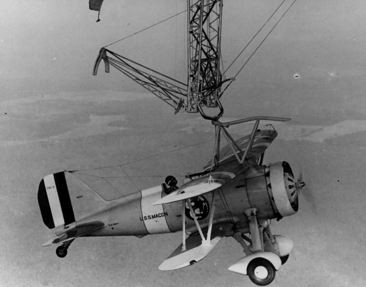 """Máy bay """"neo đậu"""" trên tàu USS Macon qua một """"thang đu"""" phía ngoài."""