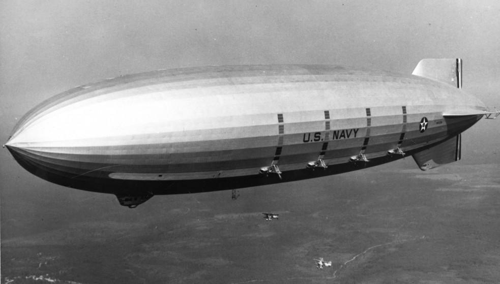 """""""Tàu sân bay trên không"""" USS Macon trên bầu trời New York."""