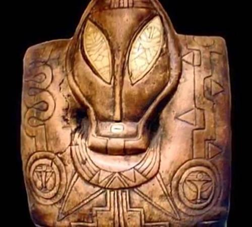 Món đồ tạo tác với trang trí khác lạ của người Maya.