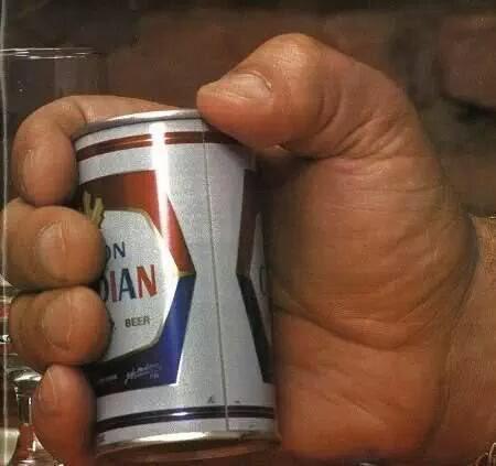 Lon bia trong tay Andre như thể một món đồ chơi.