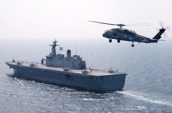 Một trực thăng SH-60F Sea Hawk của Mỹ bay trên tàu tấn công đổ bộ lớp Dokdo ngày 27/7/2010.